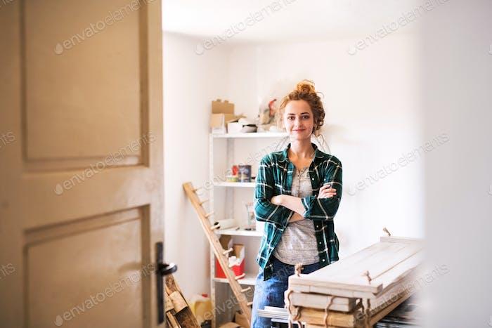 Kleines Geschäft einer jungen Frau.
