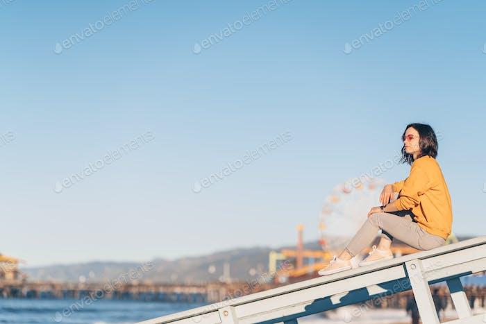 Chica atractiva en la playa en Santa Mónica