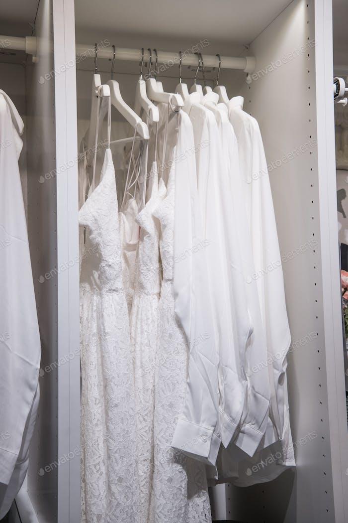 Camisón y batas. camisón en perchas en la tienda de ropa