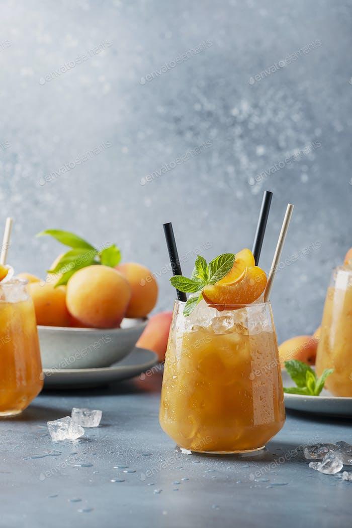 Frischer Aprikosencocktail mit Eis und Minze