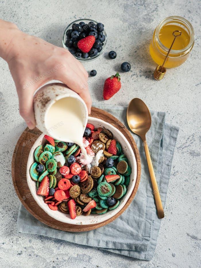 Milch auf Pfannkuchen Müsli gegossen, Kopierraum