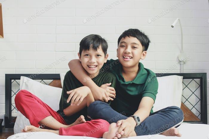 Dos hermanos asiáticos abrazando
