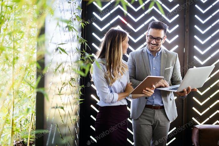 Два бизнес-коллеги на встрече в современном офисном интерьере