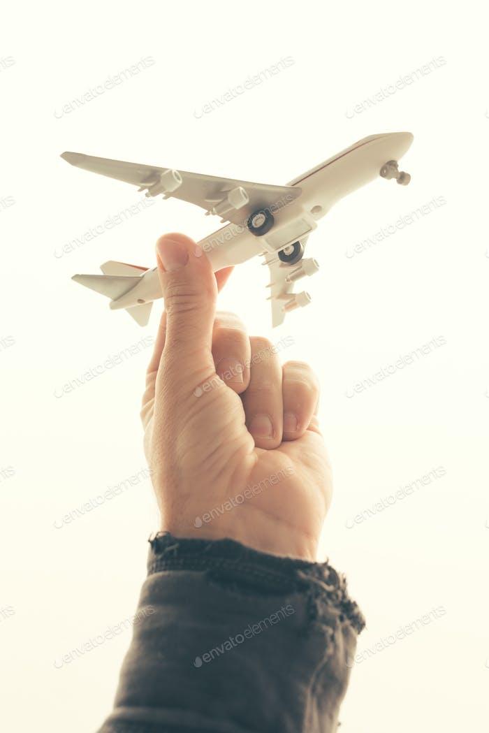 Mann hält Spielzeug Flugzeug