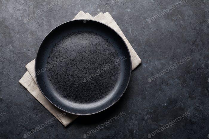 Leerer Teller über Küchentisch