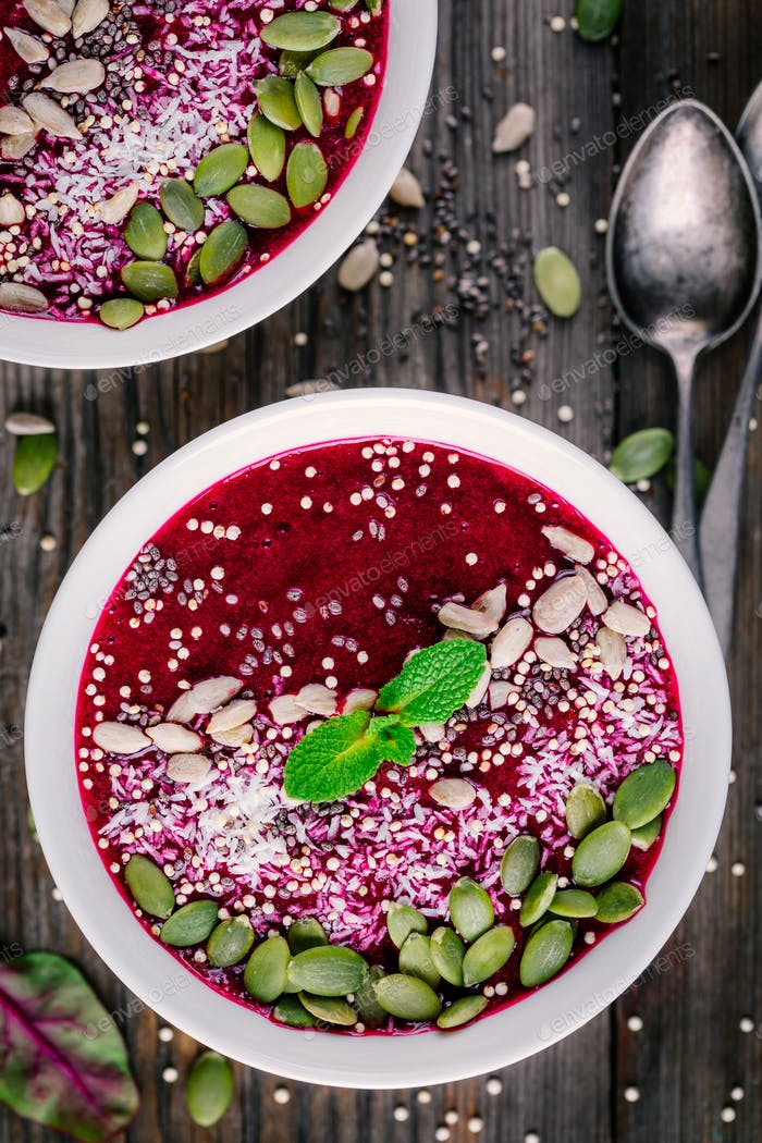 Rüben Smoothie Schüssel mit Chiasamen, Kokosnuss, Kürbiskerne, Quinoa, Sonnenblumenkerne und Minze