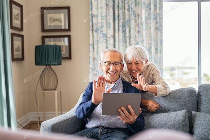 Glückliches Seniorenpaar macht Videoanruf zu Hause
