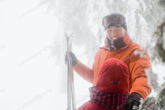 Vater und Sohn mit Skiern