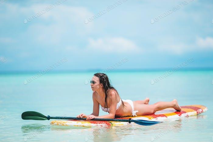 Frau surfen im Meer im Urlaub