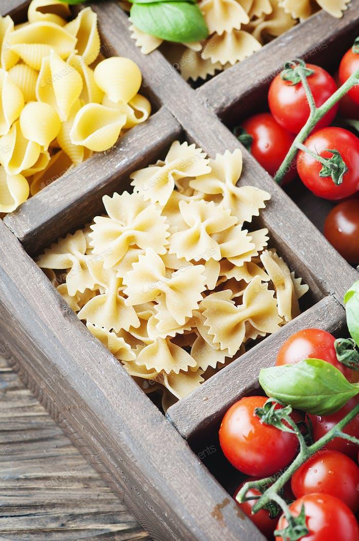 Mischung aus italienischen Nudeln, Tomaten und Basilikum