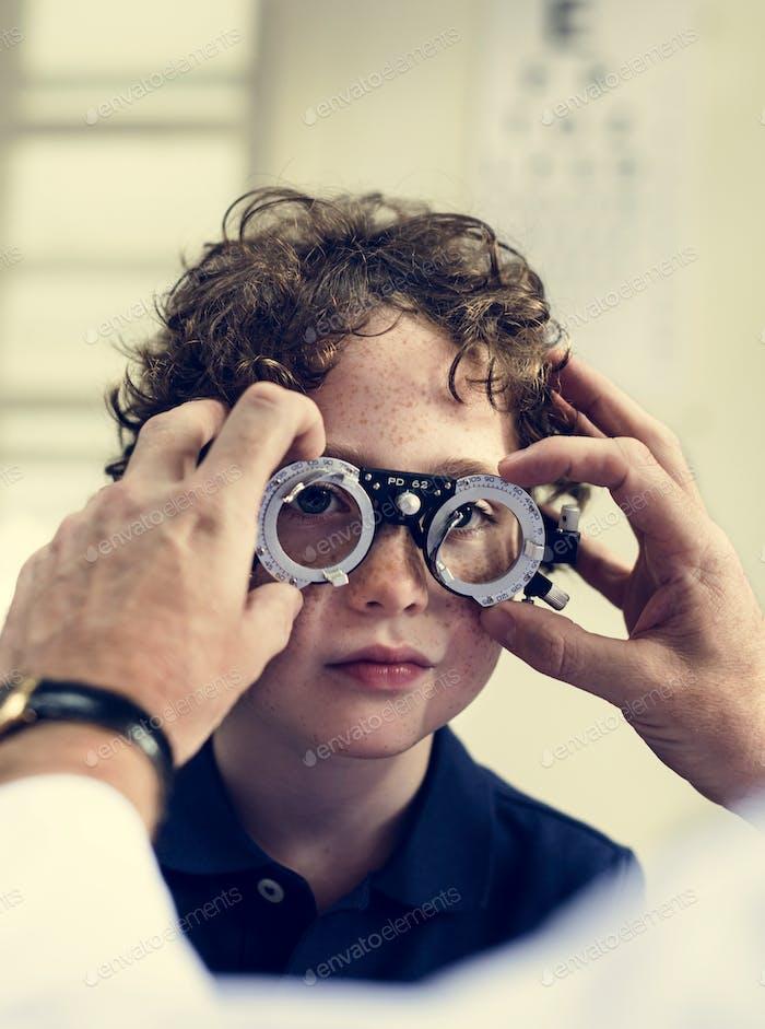 Kleiner Junge bekommt seine Augen überprüft