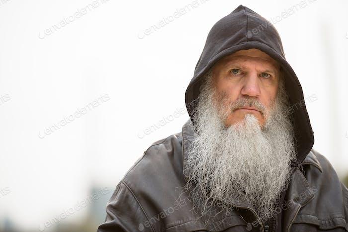 Gesicht der schweren reifen bärtigen hipster Mann tragen Kapuze