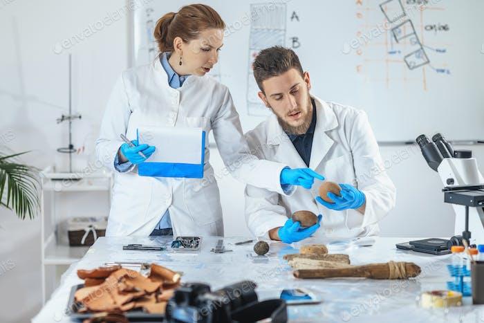Archäologiewissenschaftler Analysieren des alten Gewichts im Labor