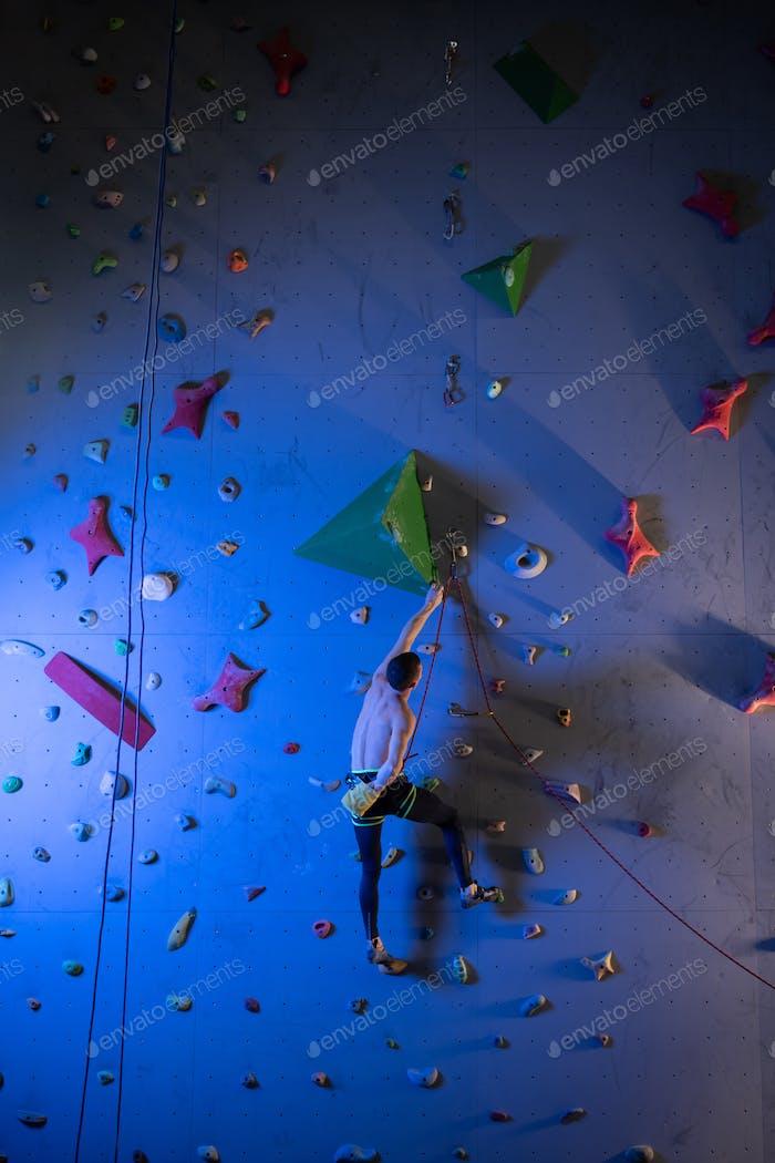 Unerkennbarer Athlet nehmen Magnesium an der Wand