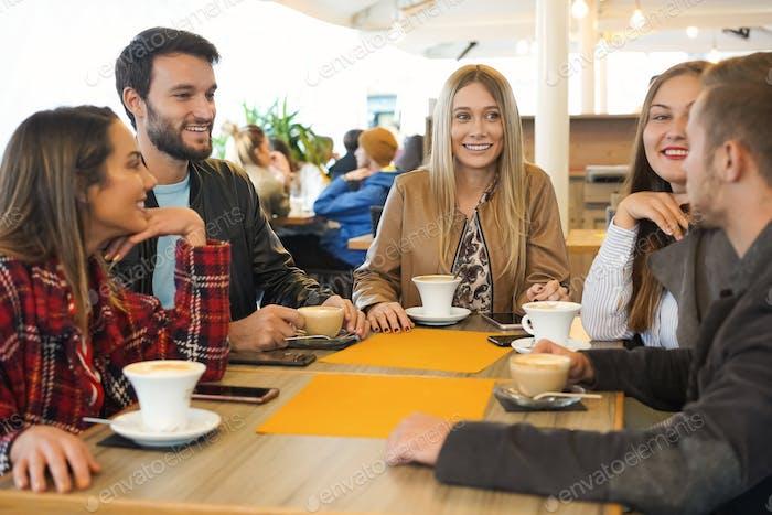 Gruppe von Menschen, die Cappuccino in einer Bar trinken