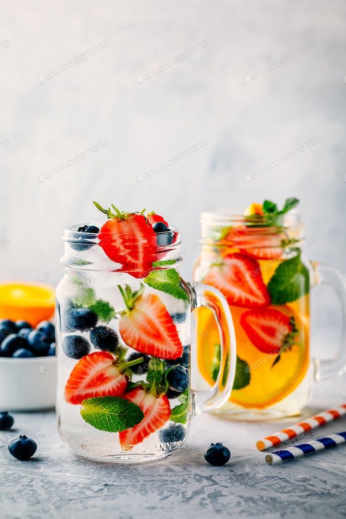 Infusion Detox Wasser mit Heidelbeere, Erdbeere, Orange und Minze.