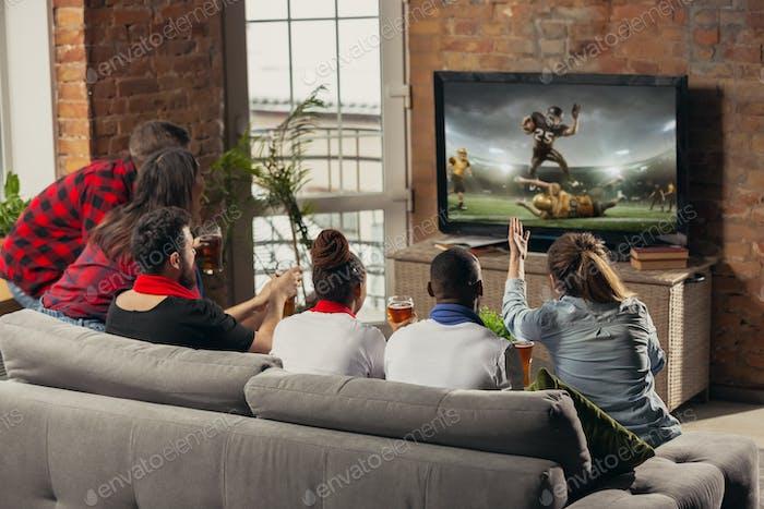 Aufgeregt Gruppe von Menschen beobachten Sport-Match zu Hause