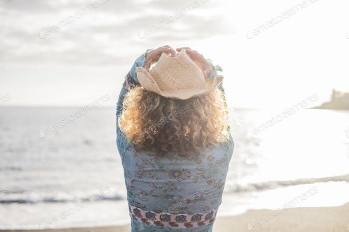 libertad mujer joven con sombrero de vaquero frente al océano