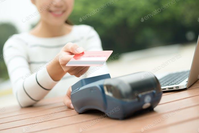 Frau zahlen mit Kredit crad mit NFC-Technologie