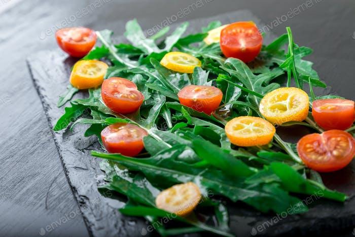 Ensalada de rúcula vegetariana con kumquat