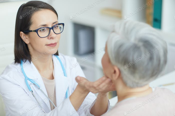 Ärztin Untersuchung der Patientin