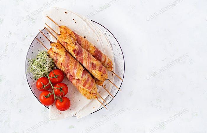 Hackfleisch Lula Kebab gegrillter Truthahn (Huhn) mit Kürbis in Speck gewickelt