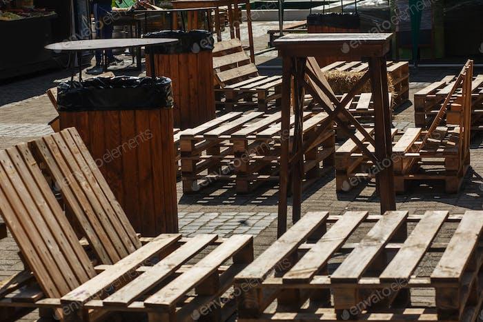 Bancas y mesas sencillas de madera en el mercado