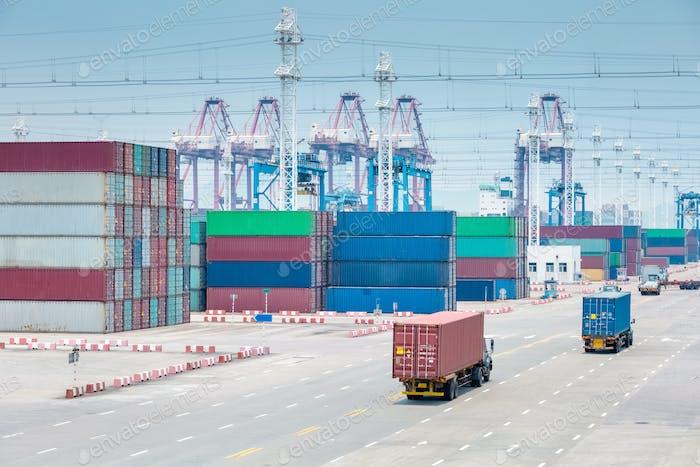Belegter Containerterminal closeup