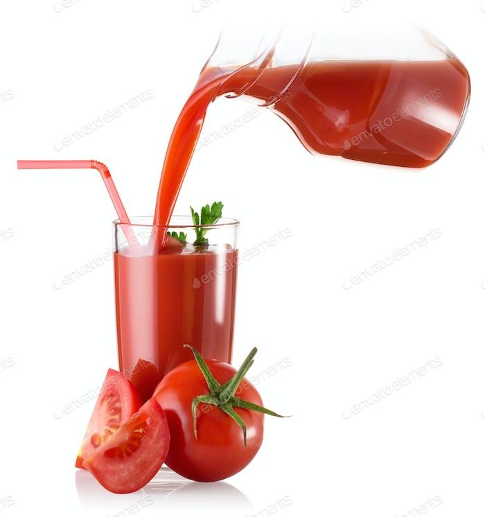Tomatensaft in ein Glas Dekanter und eine Tomate gegossen