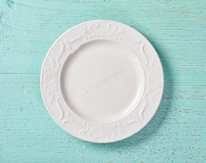 weiße Platte auf blauem Hintergrund