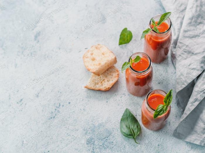 Gaspacho Suppe in Glasflaschen, Kopierraum