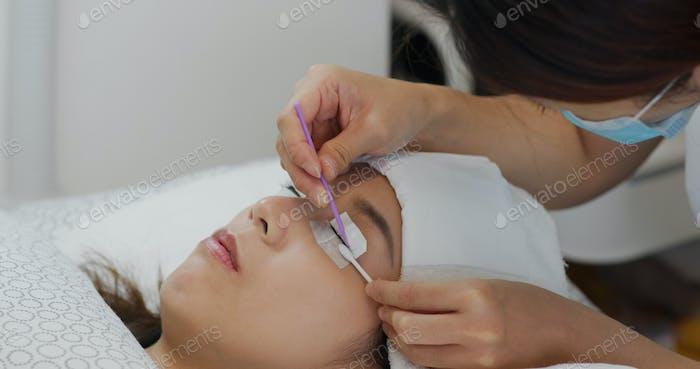 Woman perm her eyelash at beauty salon
