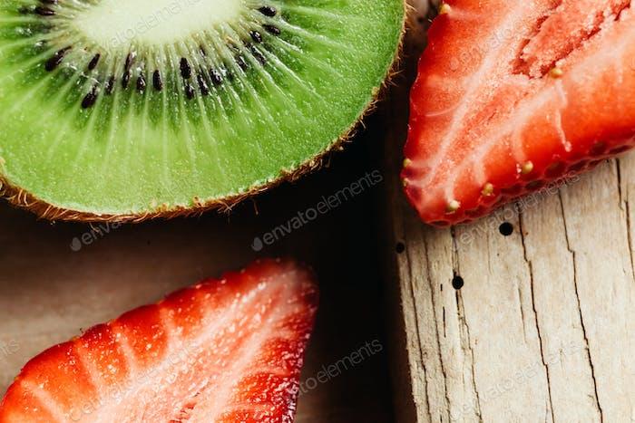 Kiwi und Erdbeere Nahaufnahme auf Holztisch