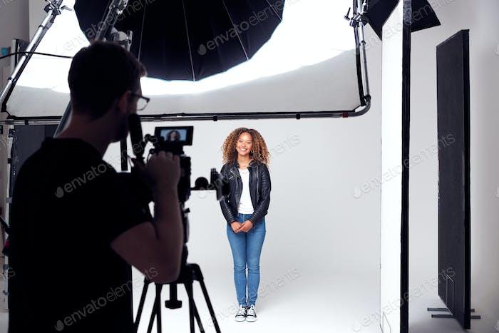 Weibliches Modell Arbeiten am Set In Foto- Oder Filmstudio
