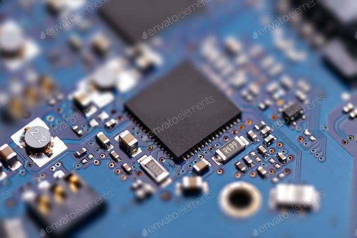 Mikroprochip auf blauer Leiterplatte