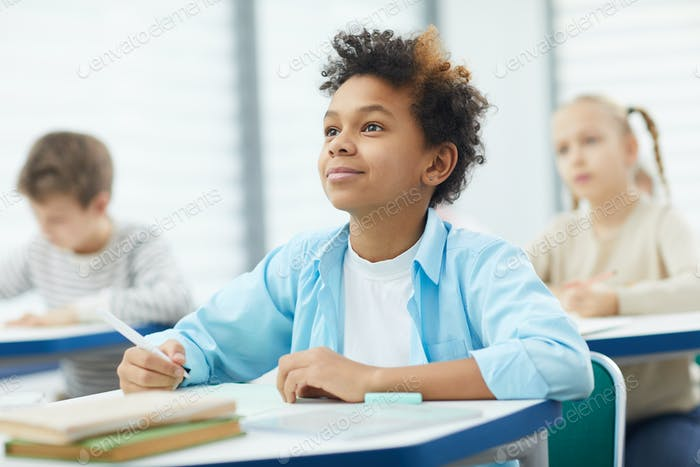 aufmerksam schwarz junge in Klasse