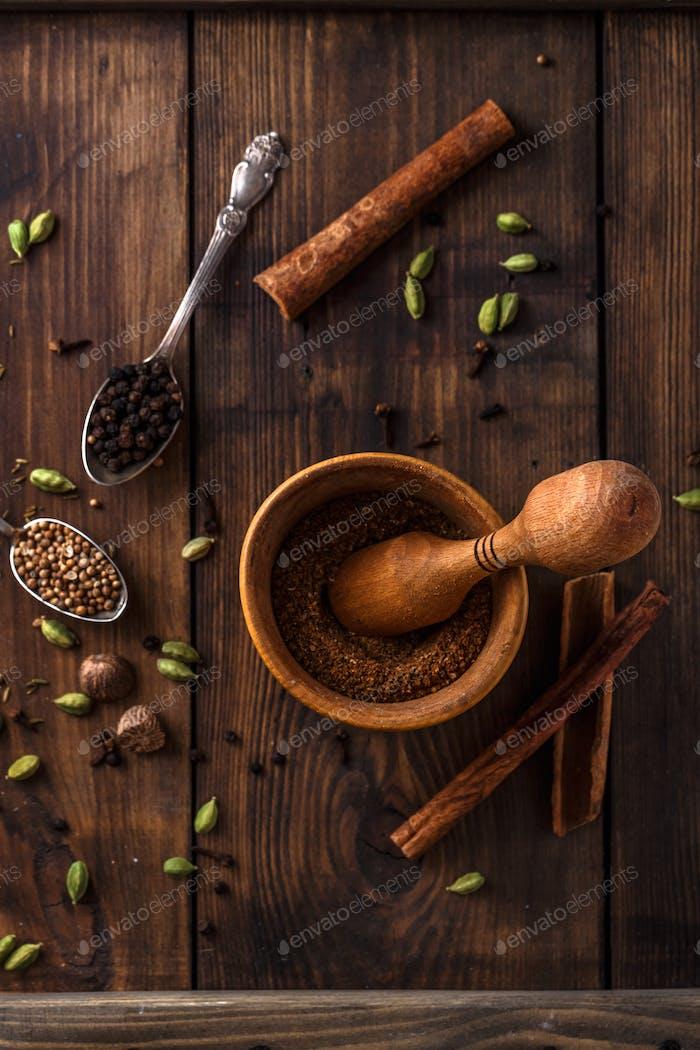 Tradition indische Garam Masala mit verschiedenen Ingredienten