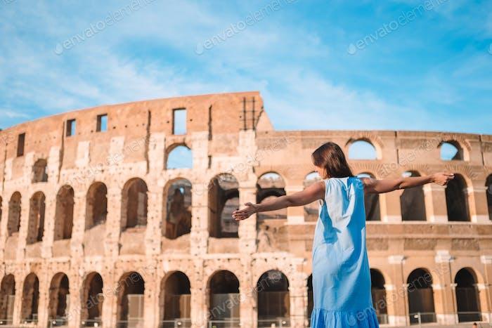 Junge weibliche Tourist Blick auf das Kolosseum außerhalb in Rom, Italien