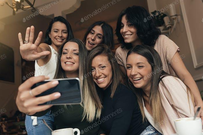 Freunde machen ein Foto mit einem Telefon.