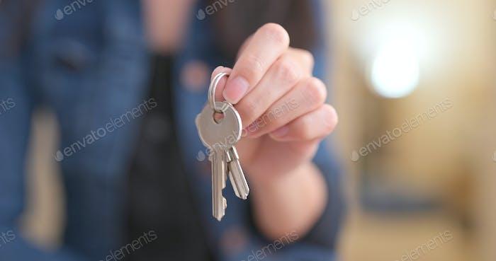 Frau mit Schlüssel