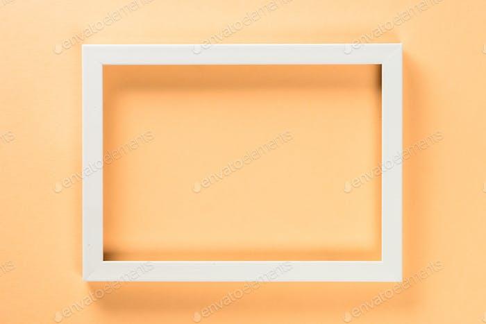 Fotorahmen auf pastellfarbenem Hintergrund.