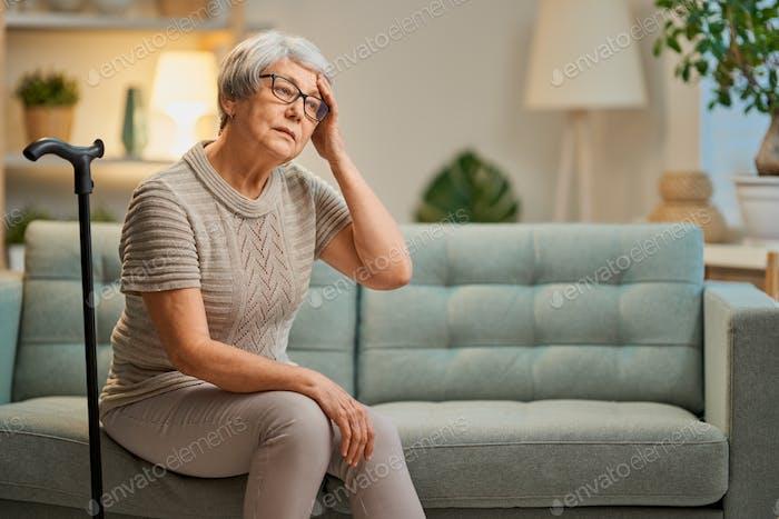 ältere Frau fühlt sich nicht gut