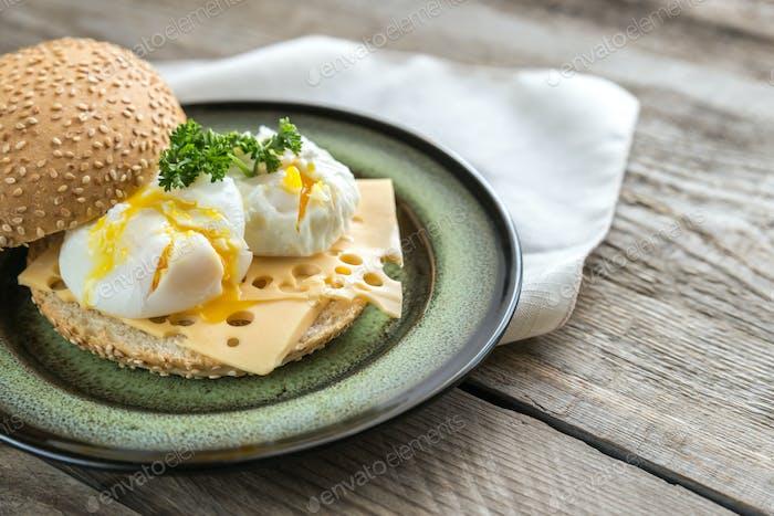 Sandwich con huevos escalfados