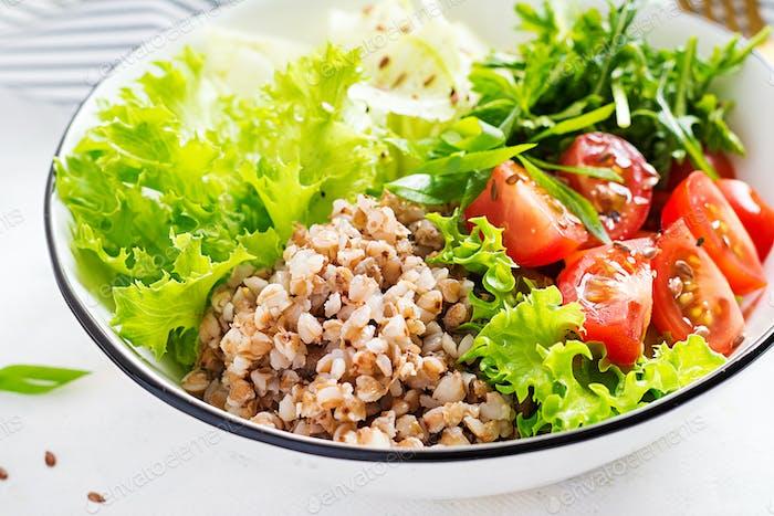 Buchweizensalat mit Kirschtomaten, Daikon, roten Zwiebeln und frischen Kräutern.