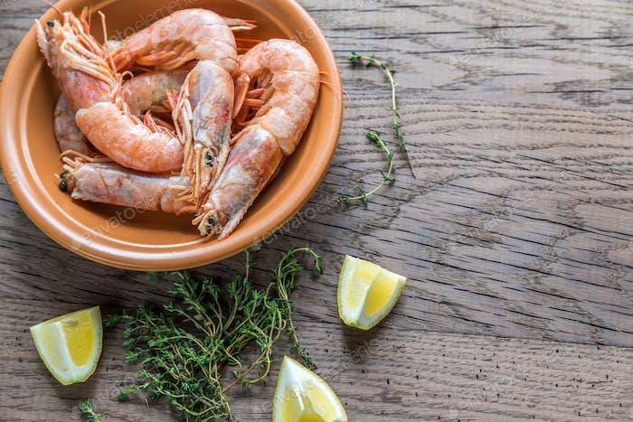 Raw shrimps with lemon wedges