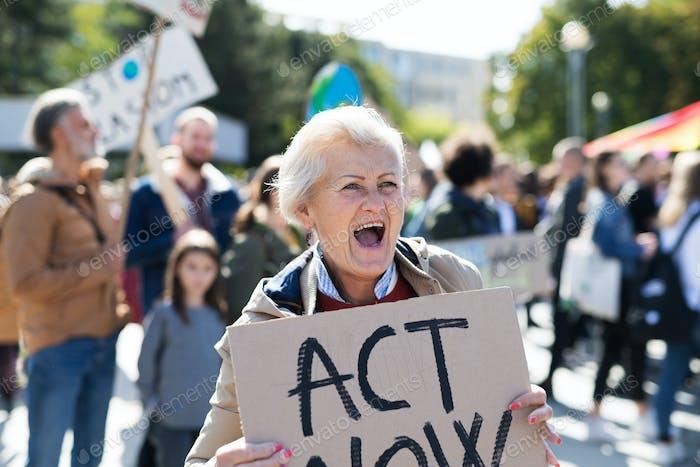 Senior mit Plakat und Plakat zum globalen Streik für den Klimawandel, schreien