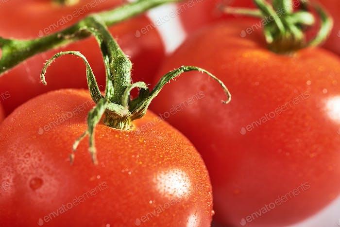 Köstliche Tomaten auf einem Schneidebrett