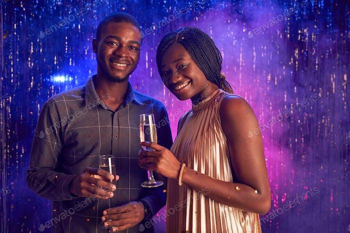 Элегантная афро-американская пара наслаждается вечеринкой