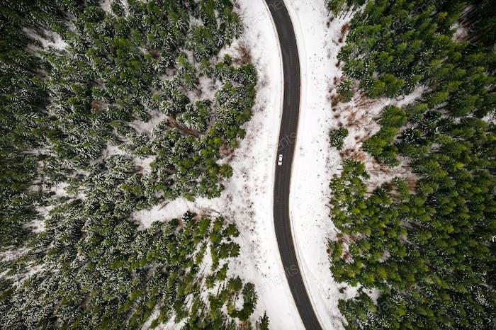 Flug über die Winterberge mit Straße Serpentine
