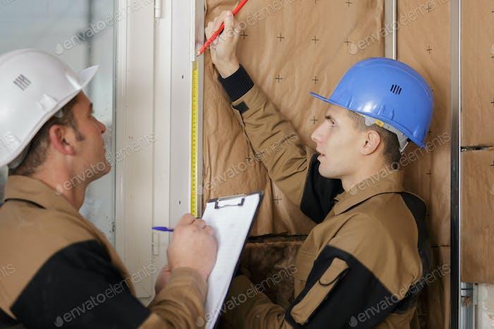 Arbeiter Installation Wärmedämmung auf einem Gebäude